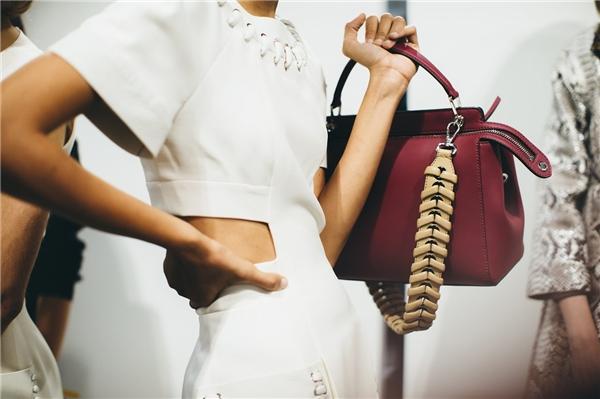 Với thời trang mùaXuân - Hè, những sắc màu nổi bật luôn được ưu tiên lăng xê. Tuy nhiên, nhà mốt trứ danh Fendi lại tạo nên sự khác biệt khi vận dụng những gam màu trầm, trung tính vào trong bộ sưu tập lần này. Chiếc túi xách trên nền chất liệu da cao cấp của Fendi gây ấn tượng bởi sự đơn giản, sang trọng cùng những đường cắt, gấp nếp tinh tế.