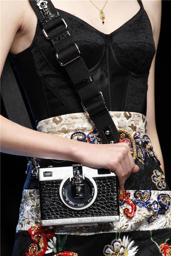 Dolce and Gabbana có thể được xem là ông hoàng phụ kiện trong làng mốt thế giới. Trong mỗi lần giới thiệu bộ sưu tập mới, bên cạnh trang phục, những món phụ kiện của nhà mốt trứ danh luôn khiến các tín đồ thời trang mê mẩn. Trong ảnh là chiếc clutch hình hộp mô phỏng máy ảnh cổ điển.