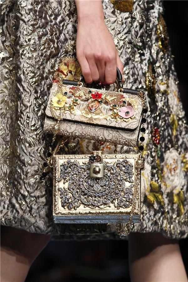 Những chi tiết đính kết cầu kì, tinh tế luôn là đặc trưng rõ nét nhất trong các thiết kế của Dolce and Gabbana. Đây cũng chính là ưu thế giúp các sản phẩmcủa nhà mốt nước Ý ghi điểm trong lòng giới mộ điệu thời trang.