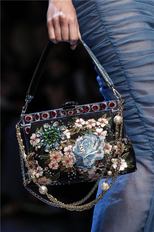Với những buổi tiệc tùng sang trọng, túi xách, ví cầm tay và clutch của D&G sẽ luôn là lựa chọn hoàn hảo cho phái đẹp. Với những món phụ kiện cầu kì này, các cô gái nên chọn diện trang phục đơn giản tránh tạo cảm giác rối mắt.