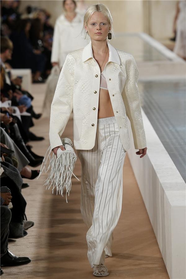 Chi tiết tua rua từng gây bão trong thời trang Thu - Đông năm nay tiếp tục được Balenciaga lăng xê trong bộ sưu tập Xuân - Hè 2016 với sắc trắng làm chủ đạo.