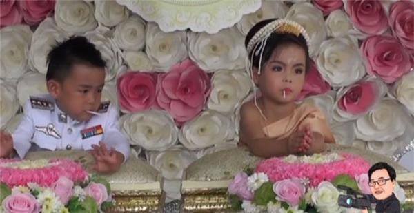 Petai - Pailinđều khá hồn nhiên, vừa làm lễ cưới vừa ngậm kẹo mút.(Ảnh: Internet)