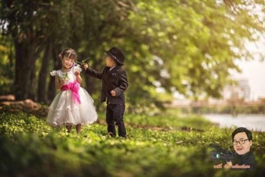 Cặp đôi nhí này cũng đi chụp ảnh cưới ngoài trời như những cô dâu chú rể trưởng thành khác.(Ảnh: Internet)