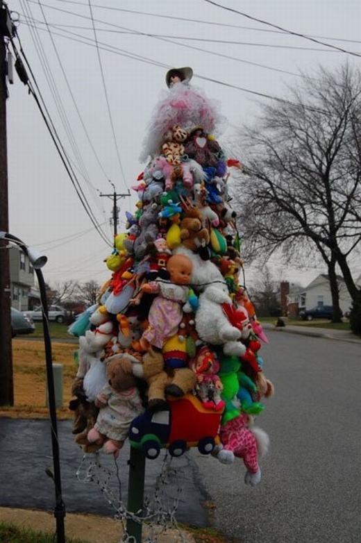 Tác phẩm này nên gọi làcây đồ chơi Noel. (Ảnh: Internet)