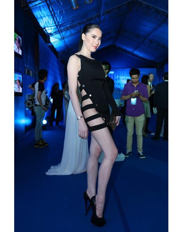 Nữ diễn viên Chung Thục Quyên diện thiết kế được nối với nhau bởi những đường vải mỏng manh.