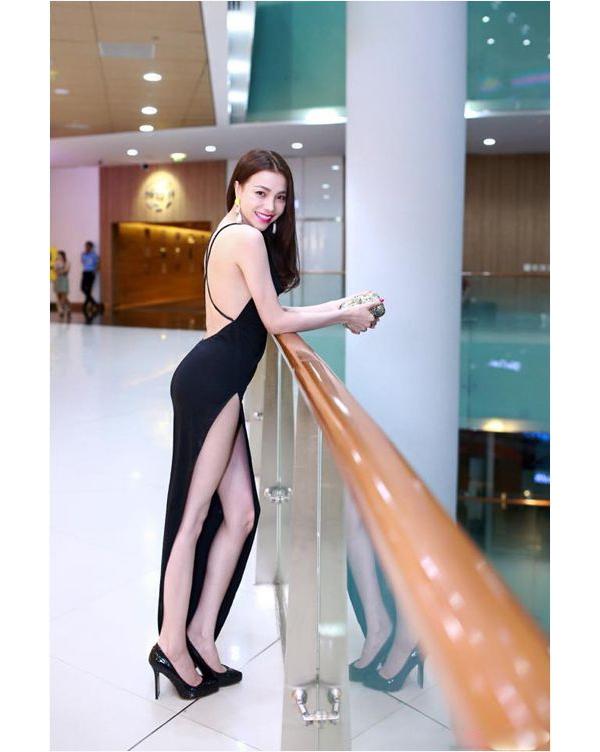Trà Ngọc Hằng cũng là một trong những mĩ nhân ưa chuộng trang phục cắt xẻ. Bộ váy này của cô có giá lên đến vài chục triệu đồng.