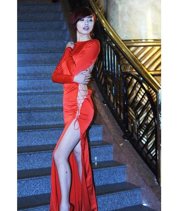 Bộ váy đỏ xẻ lườnnày từng khiến Hồng Quế nhận nhiều lời chỉ trích nặng nề. Bên cạnh đó chất liệu vải bóng còn khiến cơ thể của chân dài phình to bất thường.