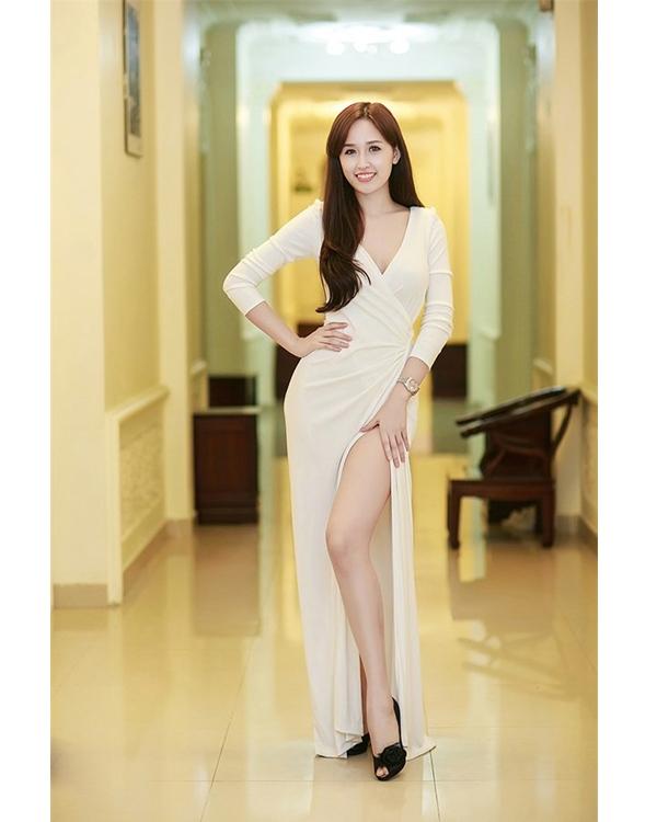 Bỏng mắt ngắm những bộ váy xẻ táo bạo của mĩ nhân Việt