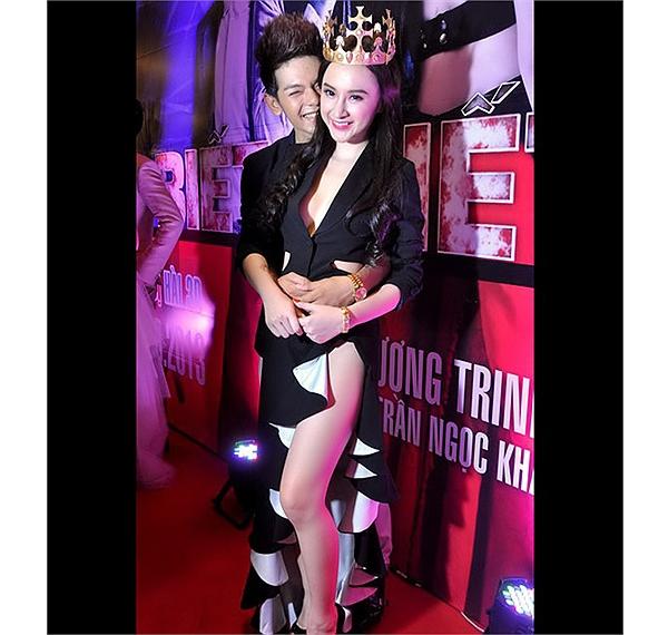 Một trong những sự cố trang phục khó quên của Angela Phương Trinh.