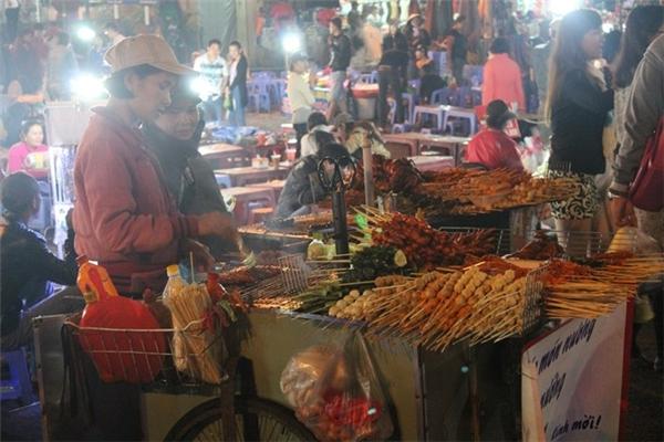 Đến Đà Lạt, nên dạo chợ đêm thưởng thức các món ăn vặt. Ảnh: Phước Bình.