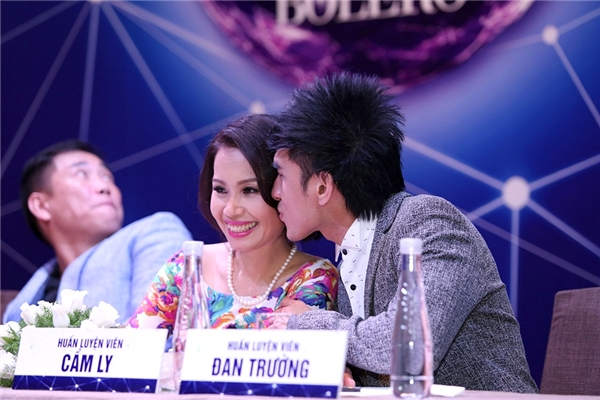 Anh Bo nhẹ nhàng hôn lên má Cẩm Ly khiến chị Tư cười thích thú. - Tin sao Viet - Tin tuc sao Viet - Scandal sao Viet - Tin tuc cua Sao - Tin cua Sao