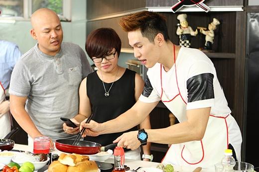 Minh Anh đang chiên cơm mà phải thực hiện thử thách nấu chậm lại của bạn Thanh Thư, khó khăn lắm cơm mới không bị cháy.