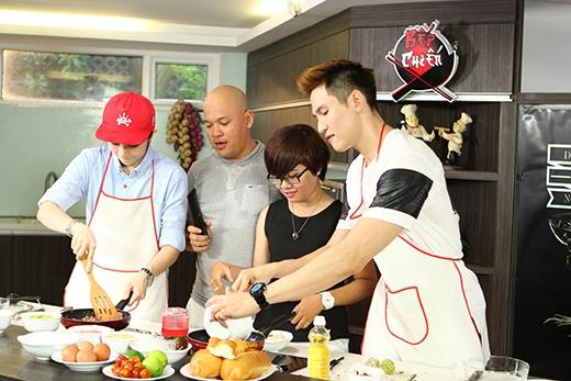 """Gil và Minh Anh đang ở những phút cuối trong việc hoàn thành """"tác phẩm nghệ thuật ẩm thực"""" của mình."""