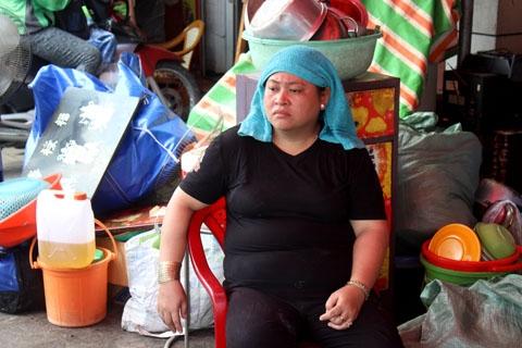 Bà Phùng Thị Mỹ Dung chỉ còn duy nhất bộ đồ mặc trên người còn tất cả tài sản đã bị lửa thiêu rụi.