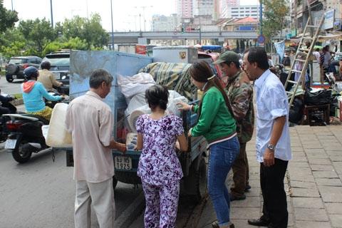 Người dân di chuyển đồ đạc đi gửi nhờ người quen.