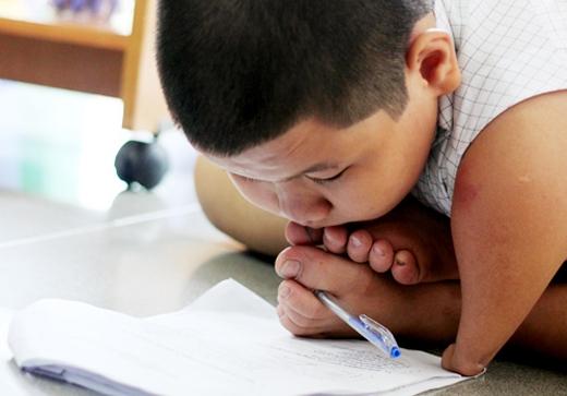 Đôi chân viết bài, chân nhặt rau phụ ba, chân quét nhà giúp mẹ...Ảnh: Internet