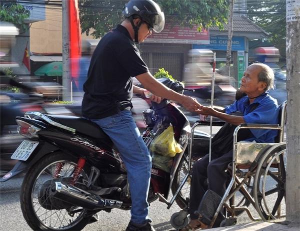 Hàng ngày cụ Viếng đi bán vé số để kiếm tiền nuôi vợ. Ảnh: Internet