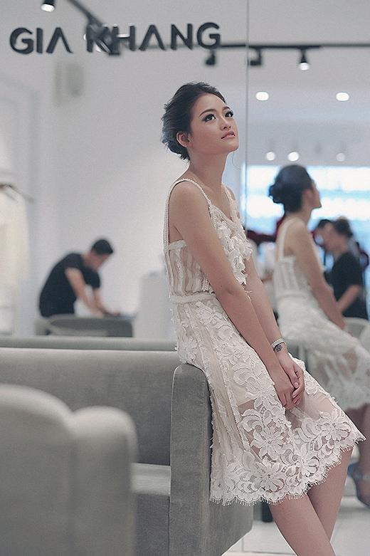 Lâm Gia Khang dành tặng cho Thùy Anh chiếc đầm ren trắng tinh tế, gợi cảm. - Tin sao Viet - Tin tuc sao Viet - Scandal sao Viet - Tin tuc cua Sao - Tin cua Sao