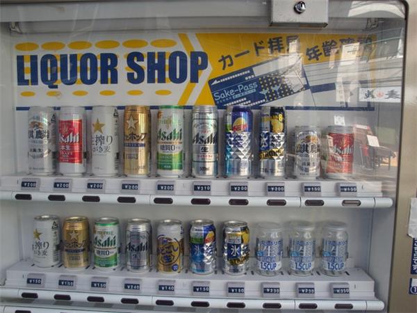 Không chỉ có nước ngọt mới được bày bán trong máy bán hàng tự động đâu nhé.(Ảnh: BuzzFeed)