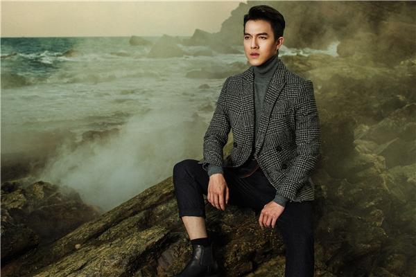 Bộ trang phục mang đậm hơi thở thời trang Thu - Đông của Minh Châu với áo vest kẻ sọc caro, áo phông cổ lọ và quần âu dệt kim diện theo phong cách cổ điển.