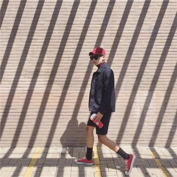 Bộ trang phục thoạt nhìn khá đơn giản nhưng đã được Dương Minh Tuấn chọn phối cầu kì hàng loạt phụ kiện. Chàng trai này khéo léo tạo điểm nhấn cho tổng thể bằng sắc đỏ nổi bật.