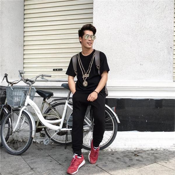 Hai công thức phối trang phục của Travis Nguyễn chắc chắn sẽ được nhiều chàng trai yêu thích bởi chất liệu đơn giản, dễ tìm. Một chút nhấn nhá ở phụ kiện sẽ giúp tổng thể trở nên thu hút, bắt mắt hơn.