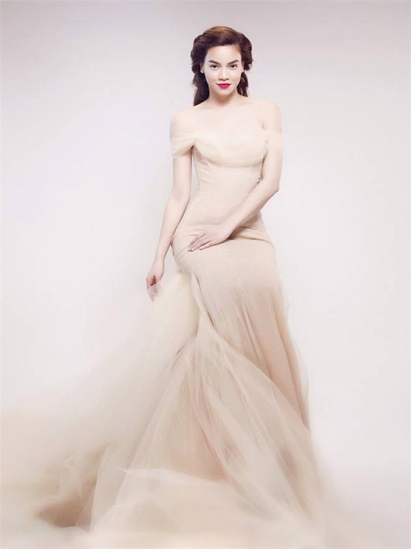 Hồ Ngọc Hà đẹp như thiên thần bước ra từ trong tranh vẽ với bộ váy có tông màu nude nhẹ nhàng. Cô luôn ưa chuộng kiểu trang điểm tự nhiên với điểm nhấn ở phần môi sắc sảo.