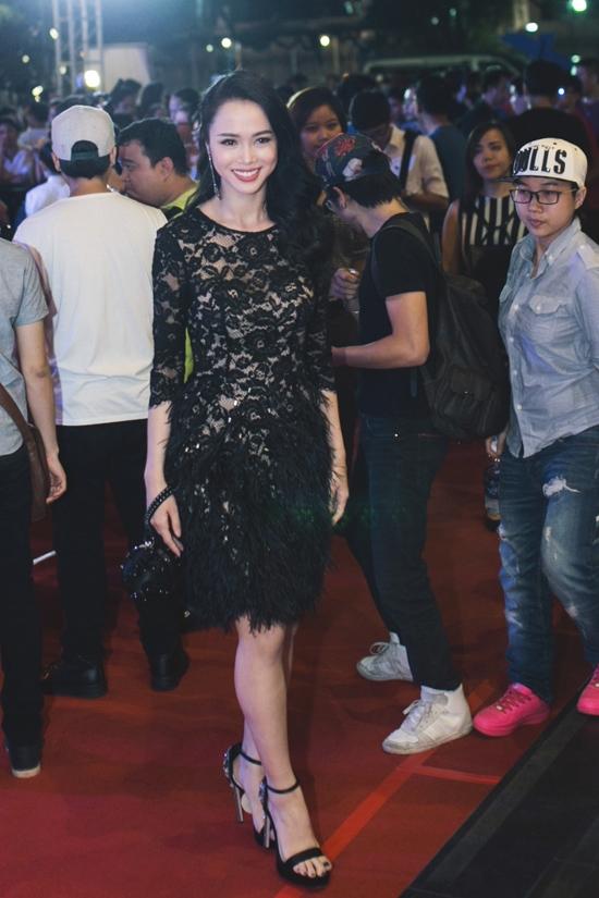 Ngoài chất liệu ren tinh tế, bộ váy của nữ diễn viên xinh đẹp Vũ Ngọc Anh còn được kết hợp thêm chất liệu lông mềm mại ở phần chân.