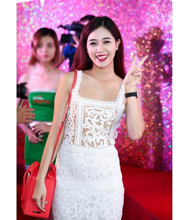 Hot girl Hà Min xinh tươi, trẻ trung trong một thiết kế ấn tượng bằng chất liệu ren của Lâm Gia Khang.