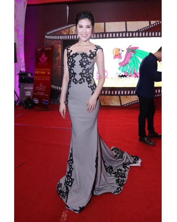 Bộ váy đuôi cá đơn giản của Thu Hằng cũng trở nên lạ mắt hơn nhờ chi tiết ren đính kết đối xứng hai bên.
