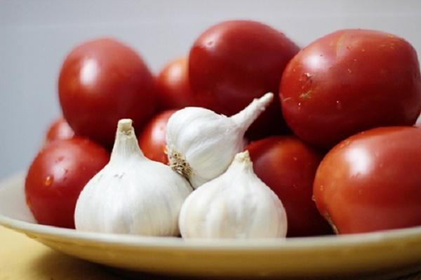 Tỏi và cà chua là hai nguyên liệu rất tốt cho quá trình giảm cân. (Ảnh: Internet)