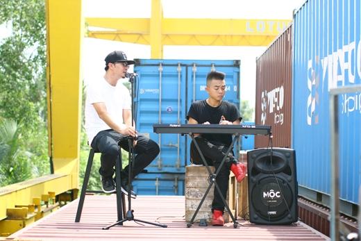 """Bản mash up đầu tiên của chương trình được thể hiện bởi Phúc Bồ và Hà Lê với một loạt các hit như """"Just a dream"""", """"Thu cuối"""", """"Em không quay về"""", """"Đông cuối"""" và """"Để em rời xa""""."""