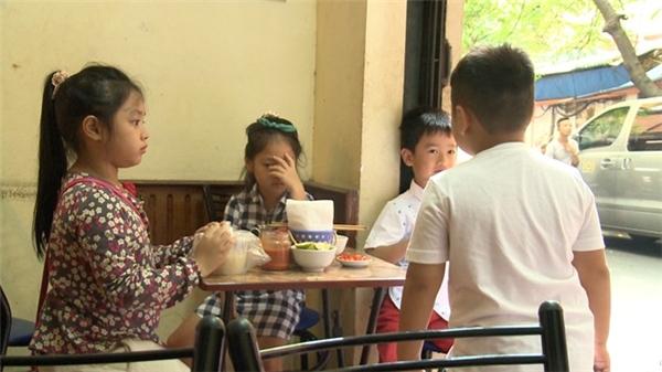 Trong khi các ông bố gặp may mắn trong việc bán hàng, các bé lại gặp khó khăn trong nhiệm vụ đi mua đồ ăn sáng vì Chíp làm rơi mất số tiền mà chương trình phát cho. Rất may, người bán hàng tốt bụng đã bỏ qua số tiền các bé còn thiếu. - Tin sao Viet - Tin tuc sao Viet - Scandal sao Viet - Tin tuc cua Sao - Tin cua Sao