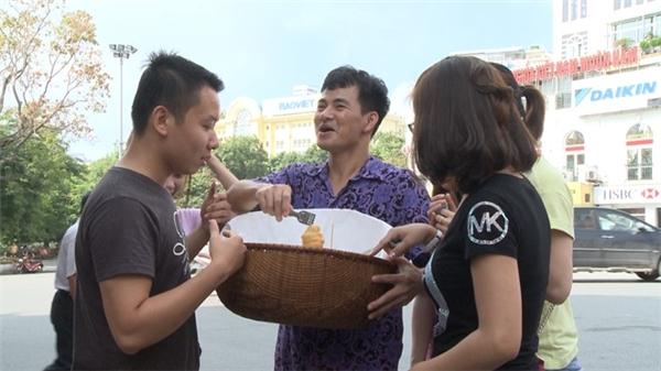Việc bán hoa quả thuận lợi khiến các ông bố quyết định buôn thêm các loại bánh. Diễn viên hài Xuân Bắc rất mát tay trong việc bán hàng rong. - Tin sao Viet - Tin tuc sao Viet - Scandal sao Viet - Tin tuc cua Sao - Tin cua Sao