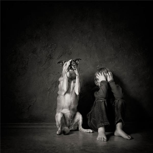 Sự hồn nhiên của đôi bạn nhỏ đã giúp nhiếp ảnh giaJustyna Garczyk-kleszcz đến từBa Lan giành giải nhất.