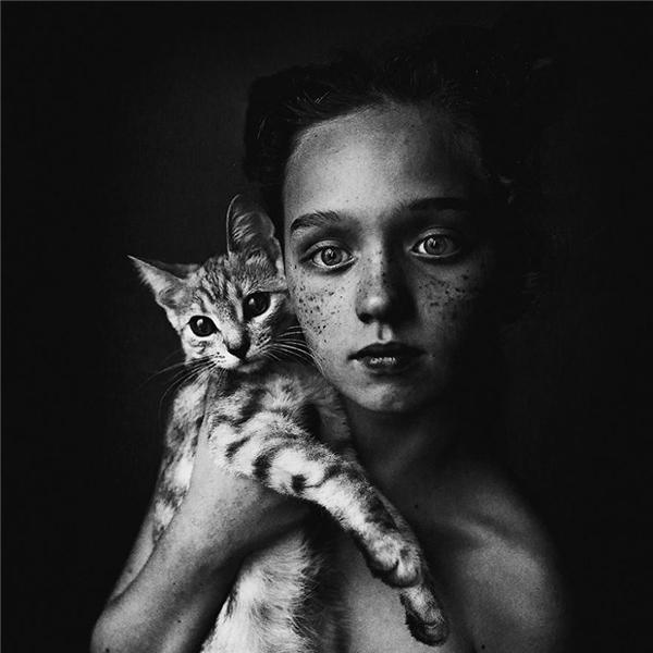 Những đốm tàn nhang trên gương mặt cô bé, đường sọc trên bộ lông của chú mèo không hề là khiếm khuyết mà càng tạo nét đẹp đặc trưng cho cả hai. (Ảnh:UlianaKharinova, Nga)