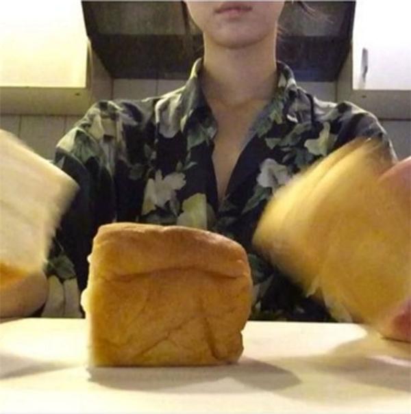 Cô gái thích...lau mặtbằng bánh mì. (Ảnh: The Mirror)