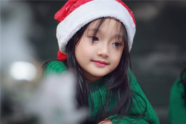 Ánh mắt buồn, khuôn miệng cười mỉm đặc trưngcủa Châu Tấn đều có ở cô bé này. (Ảnh: Thích Việt Hoàng)