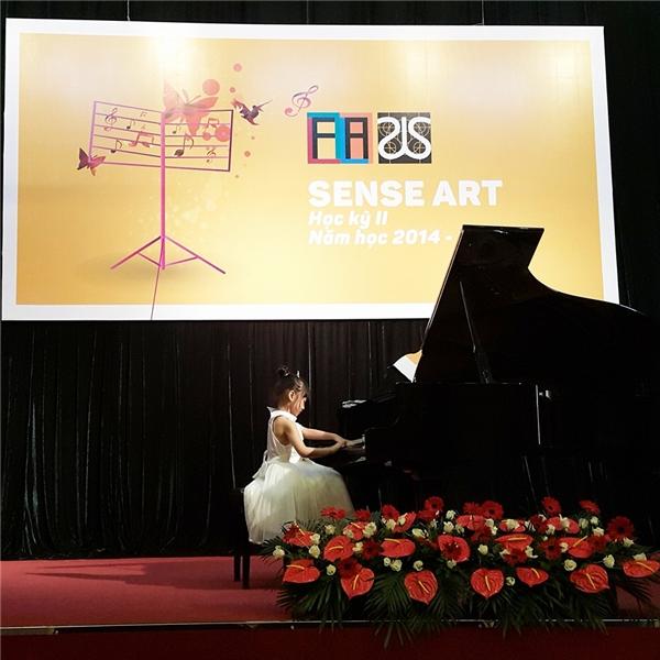 Không chỉ có gương mặt tựa thiên thần, bé Bảo Anh còn có tài lẻ là chơi đànpiano.(Ảnh: Facebook)
