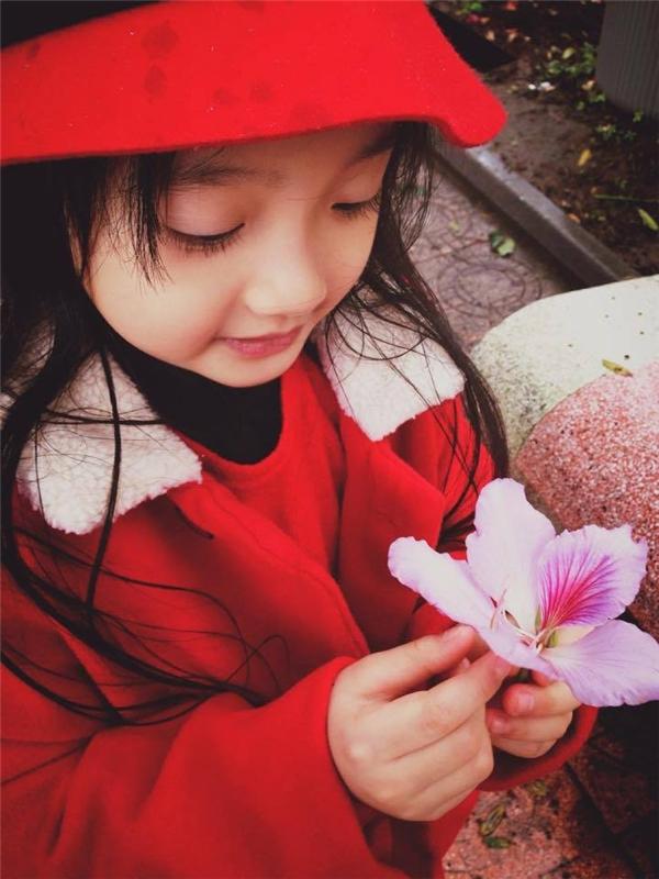 Mặc dù còn nhỏ tuổi nhưng phong cáchthời trang của bé Bảo Anh đã khá sành điệu.(Ảnh: Facebook)
