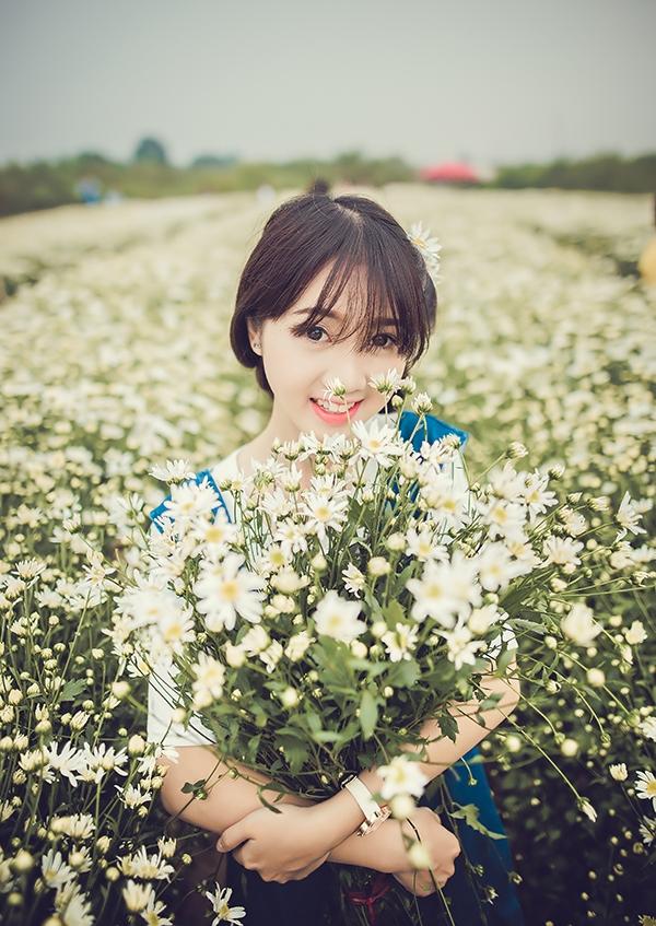 Nụ cười tỏa nắng của Diệp Anh trên cánh đồng hoa.(Ảnh Internet)