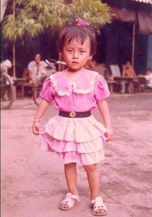 Dù là một cậu bé song từ nhỏ, Lan Phương đã ăn vận khá điệu đà như con gái với váy áo style công chúa. - Tin sao Viet - Tin tuc sao Viet - Scandal sao Viet - Tin tuc cua Sao - Tin cua Sao