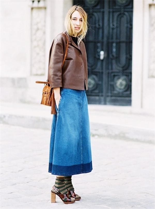 Đôi tất kẻ ngang kết hợp váy denim và áo da giúp bạn khoe vẻ trẻ trung.