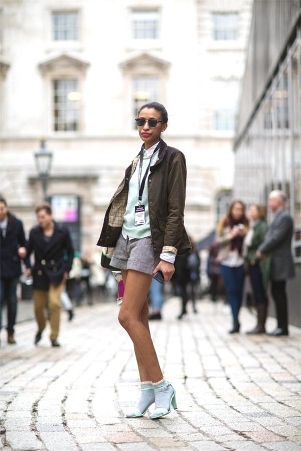 Điểm nhấn của xanh pastel cho tất, sandals và áo giúp bạn có một bộ đồ mùa đông không ảm đạm.