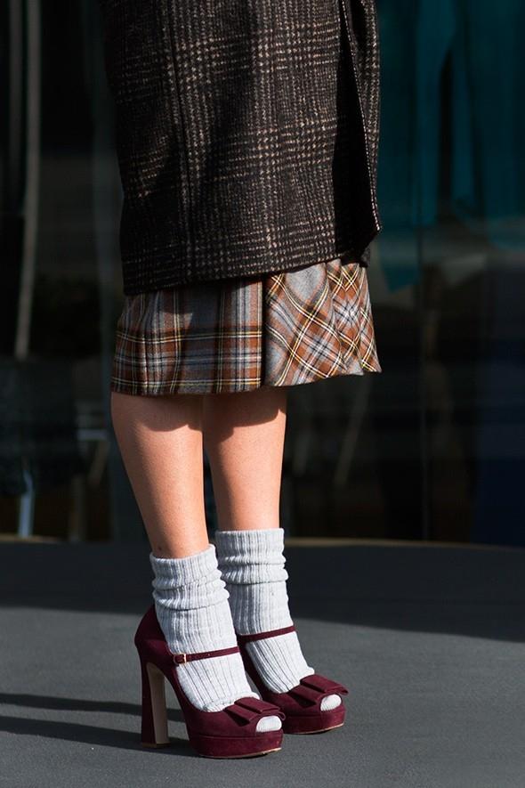 Cách kết hợp đôi sandals điệu đà với đôi tất dệt rất đáng yêu.