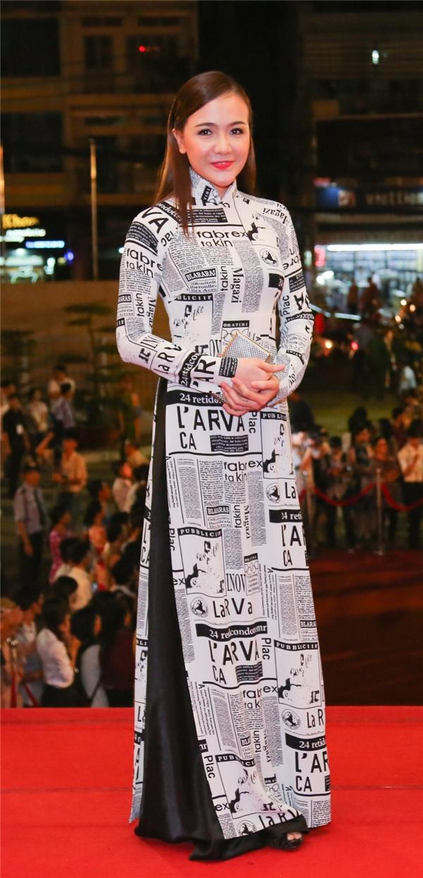 Nữ diễn viên Ái Châu- bà xã Huỳnh Đôngtrong bộ áo dài với những họa tiết lạ lẫm. Có thể thấy, sau khi sinh cô đã nhanh chóng lấy lại vóc dáng. - Tin sao Viet - Tin tuc sao Viet - Scandal sao Viet - Tin tuc cua Sao - Tin cua Sao