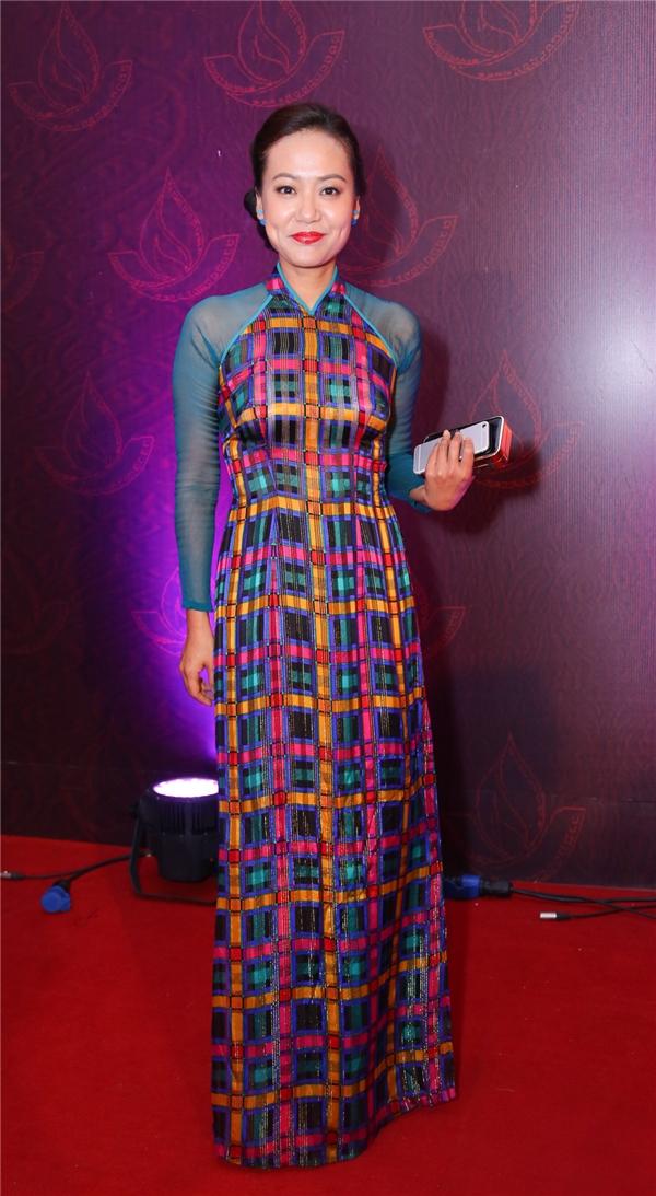 Diễn viên Hồng Ánh rạng rỡ với bộ áo dài họa tiết caro nhiều màu sắc. - Tin sao Viet - Tin tuc sao Viet - Scandal sao Viet - Tin tuc cua Sao - Tin cua Sao