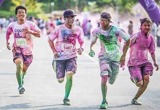 Điểm đặc trưng của Color me run là bột màu được phủ khắp mọi nơi. Qua mỗi chặng, người chơi sẽ được tình nguyện viên rắc bột màu với đủ các màu xanh dương, xanh lá, vàng, hồng, tím… lên người (Ảnh Internet).