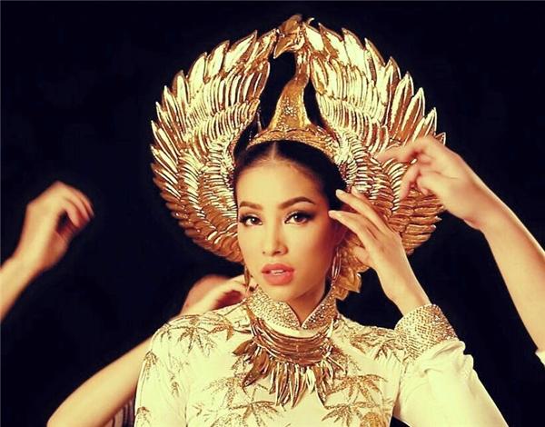 Trang phục truyền thống của Phạm Hương năm nay được lấy ý tưởng từ vẻ đẹp kiêu sa, quý phái của loài chim hồng hạc. - Tin sao Viet - Tin tuc sao Viet - Scandal sao Viet - Tin tuc cua Sao - Tin cua Sao