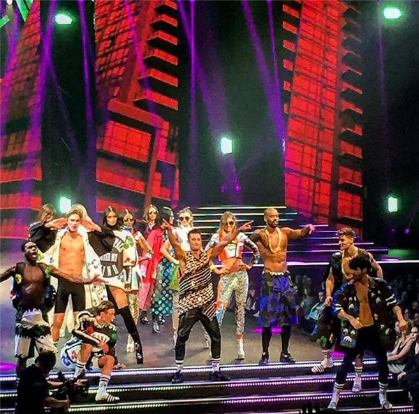 Chân dài làng mốt Việt vinh dự được đứng trên sân khấu lớn. Đây không chỉ đơn thuần là show diễn thời trang mà còn là bữa tiệc âm nhạc đa sắc màu.